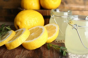 best foods for an alkaline diet - lemon juice and sliced lemons
